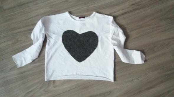 biała luzna bluza z filcowym sercem