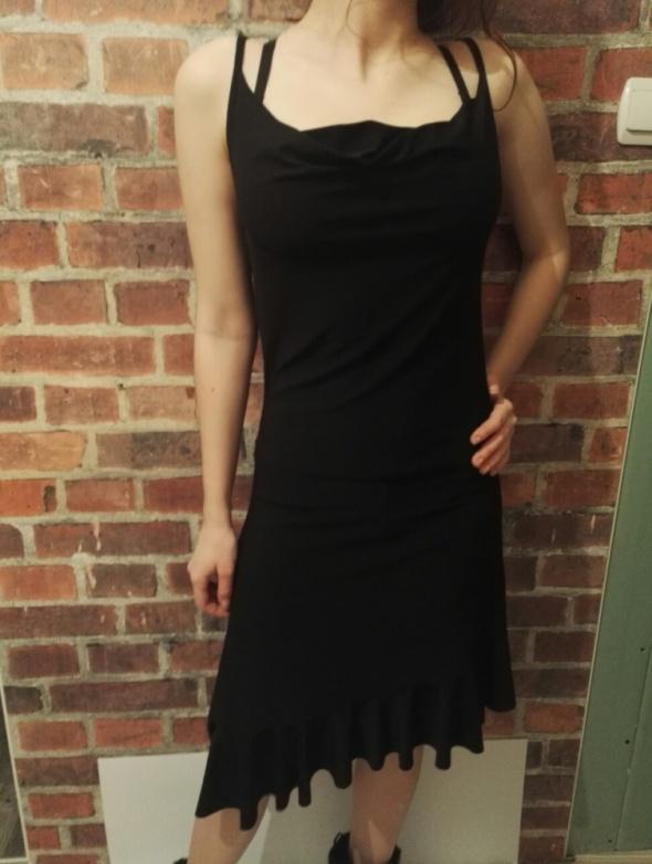 Czarna sukienka asymetryczna z falbankami