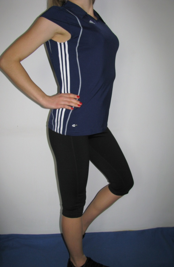 Sportowa koszulka z kolnierzykiem Adidas...