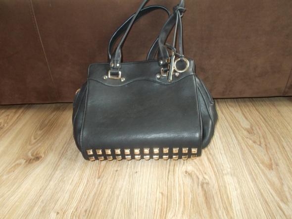 Czarna torebka z ćwiekami kuferek