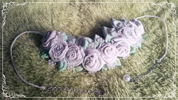 Naszyjnik z białymi różyczkami