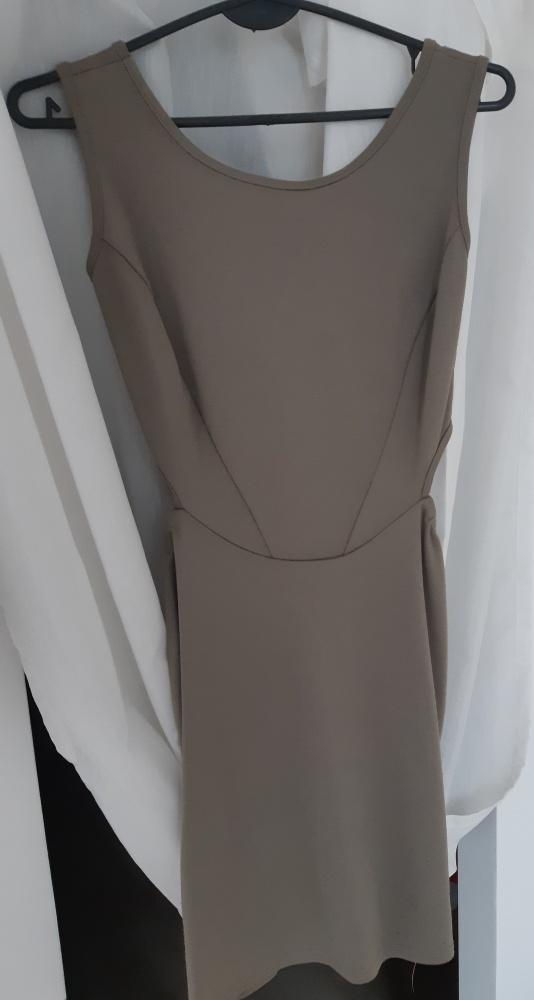 Sukienka z efektownymi wycięciami
