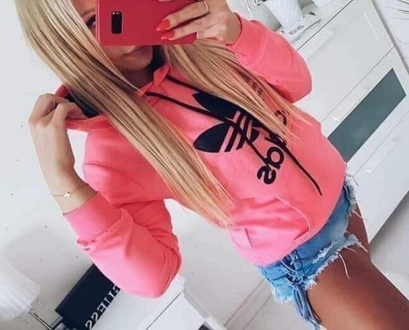 Bluza rozowa z czarnym logo...