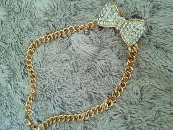 złoty łańcuszek z kokardką