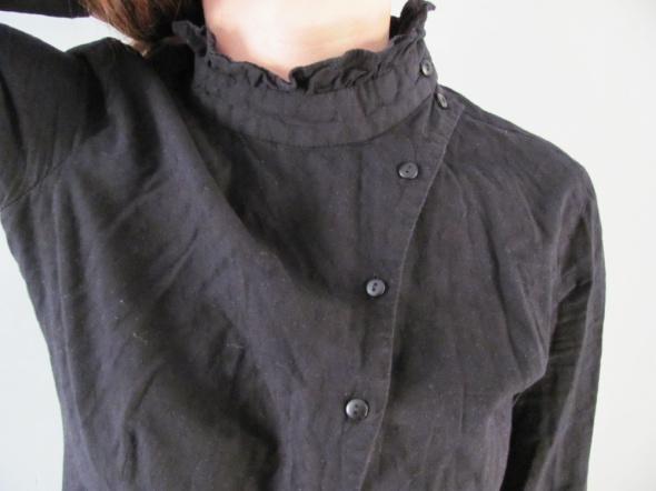 Asymetryczna czarna bluzeczka elegancja ze stójką goth zapinana na bok