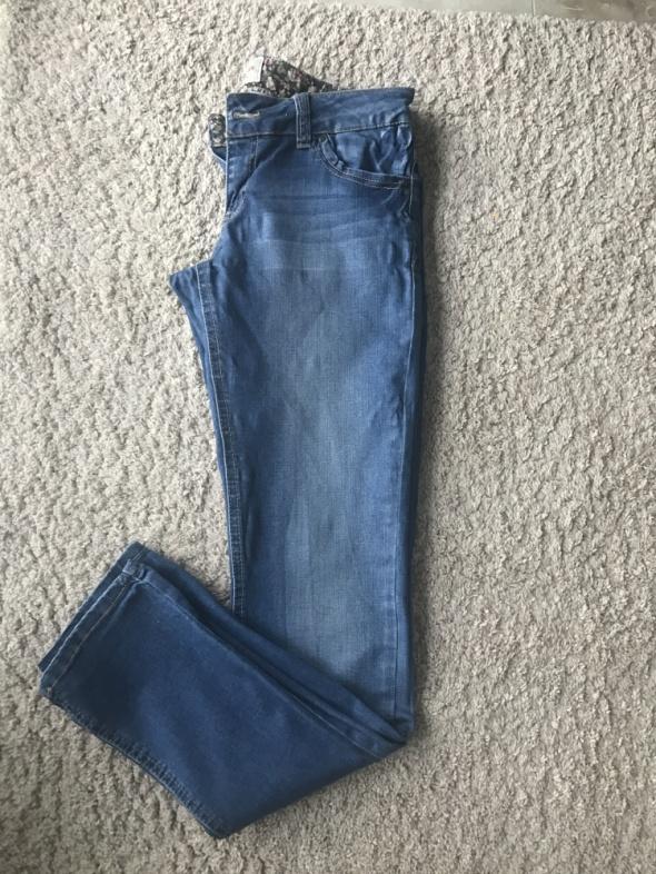 Jasne jeansy rurki z motywem kwiatowym
