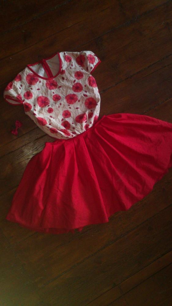 Sukienka czerwona rozkloszowana wycięcia po bokach z wycięciami