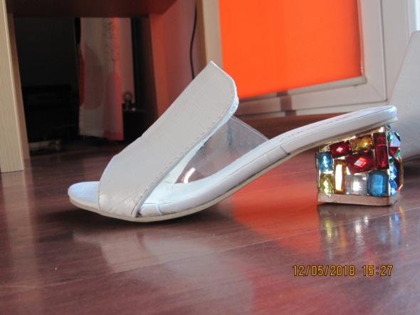 Białe sandałki na błyszczącym obcasie
