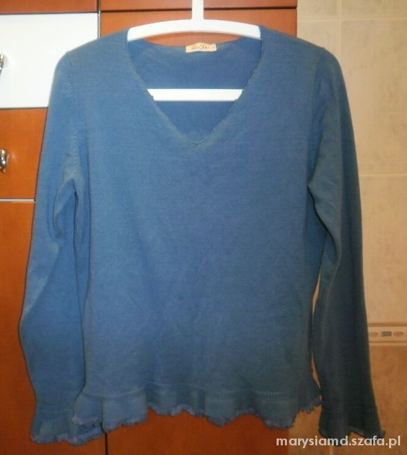 Lara Fabio niebieski sweterek z falbankami