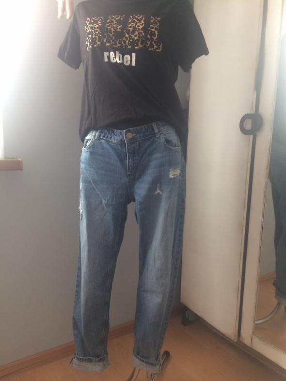 Reserved jeansy z przetarciami...