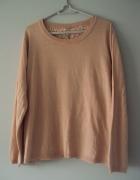 sweterek z zakłądanym koronkowym tyłem...