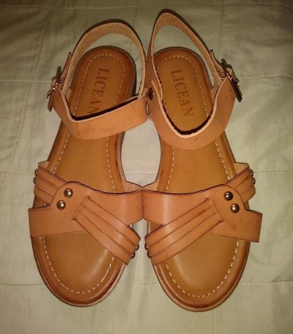 Brązowe karmelowe zapinane sandały 37
