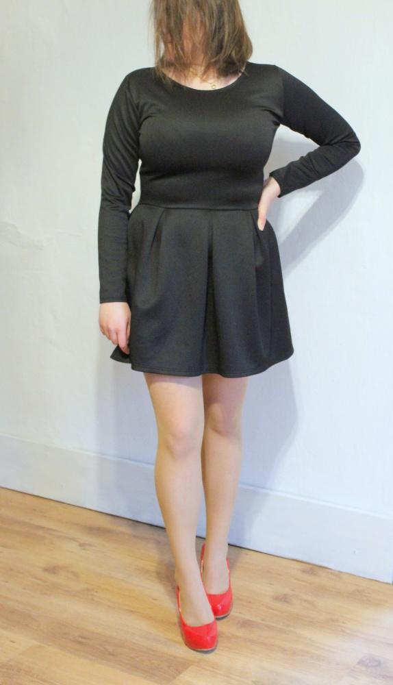 Czarna rozkloszowana sukienka na długi rękawek r około M