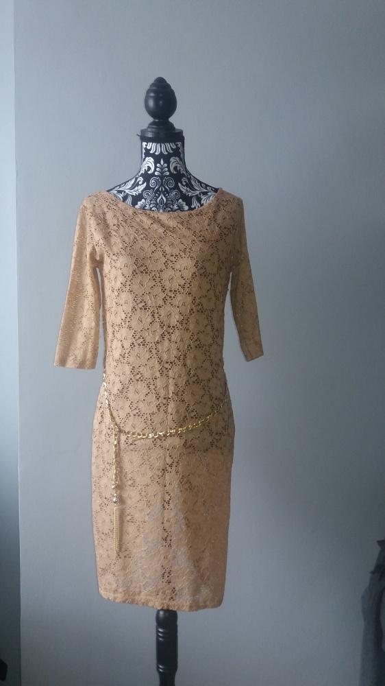 Idealna jasna koronkowa sukienka z paskiem