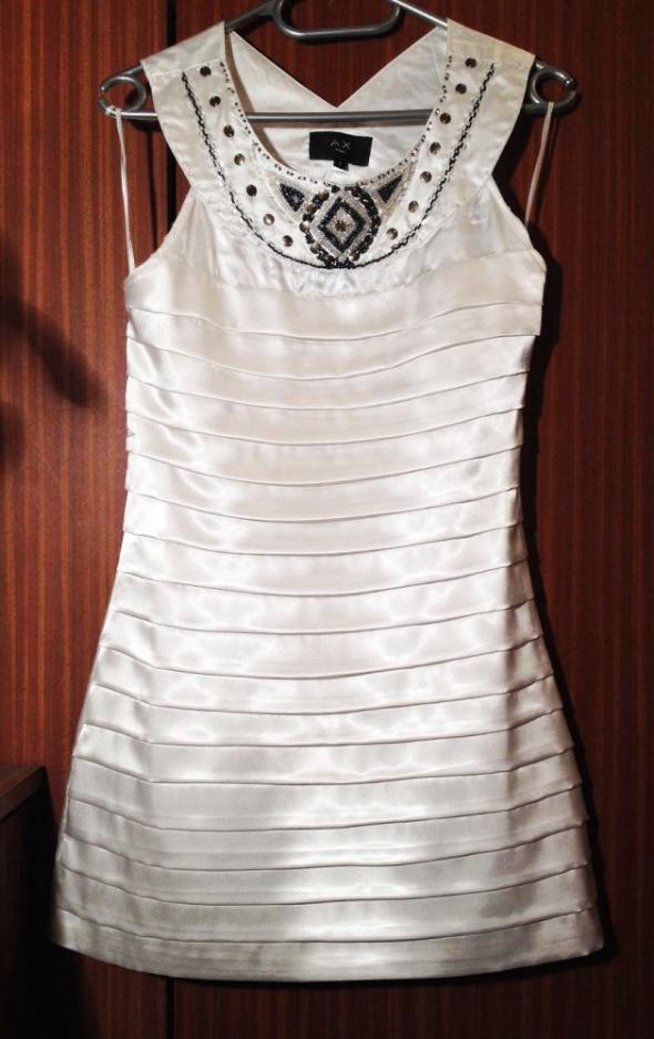 AX Paris biała sukienka taliowana mini obcisła koraliki kołnierz ozdobny bez rękawa XS S 34 36 używana falbanki