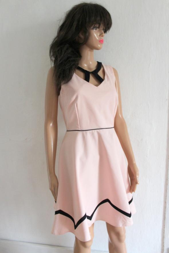 Pudrowa rozkloszowana sukienka r M