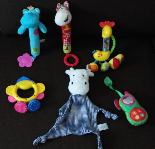 Maly zestaw grzechotek piszczących zabawek