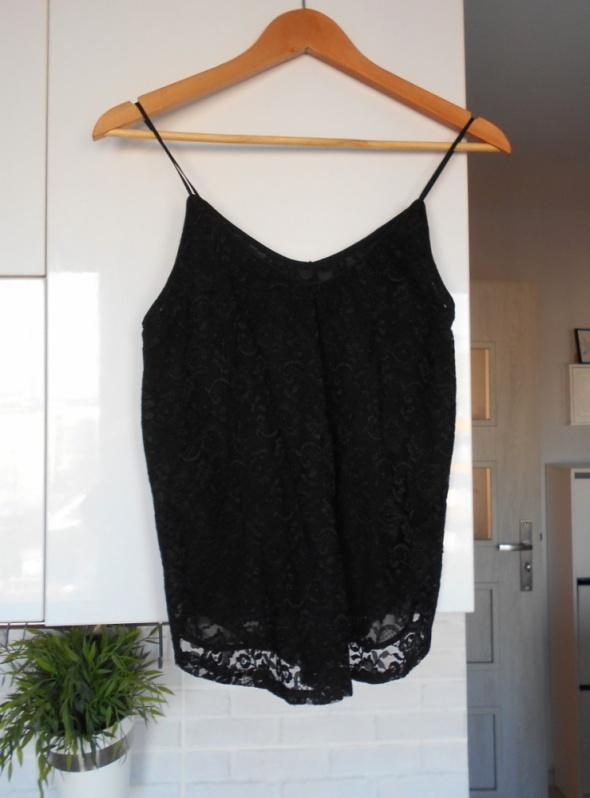 HM czarny top koronkowy na cienkich ramiączkach elegancki