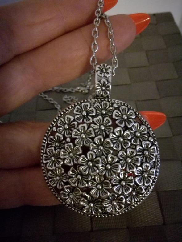 Elegancki srebrny wisior kwiaty na łące