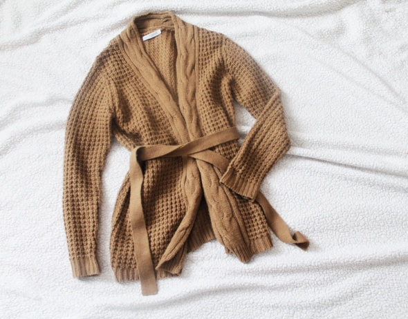 Gruby sweter z warkoczem i paskiem kardigan