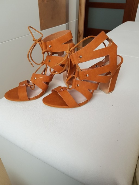 Brązowe sandały
