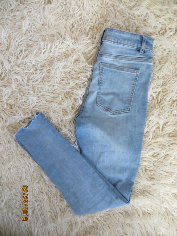 Jasne spodnie jeansy wysoki stan Cubus postrzępione nogawki przetarcia S
