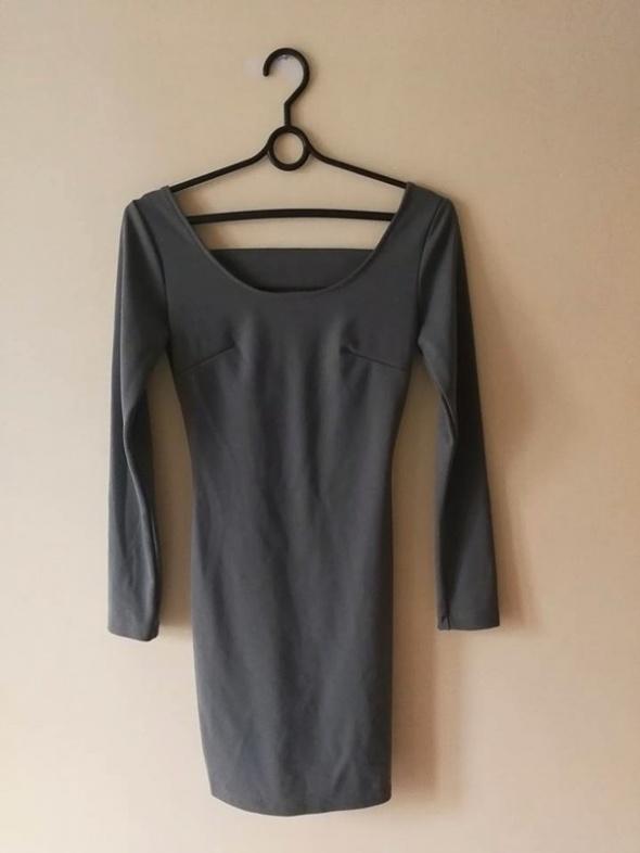dopasowana sukienka wycięcie na plecach