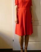 Czerwona sukienka zawsze kobieca i uniwersalna