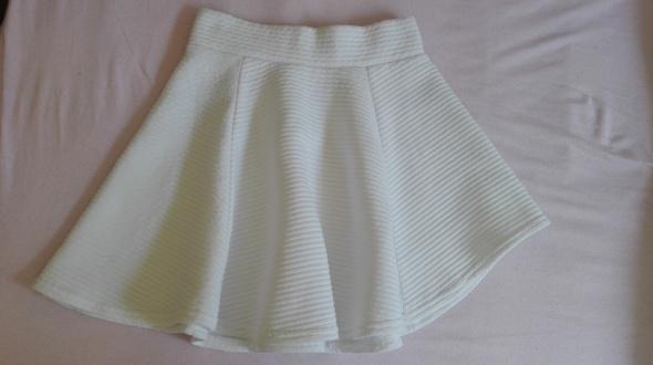 Rozkloszowana biała spódniczka asymetryczna