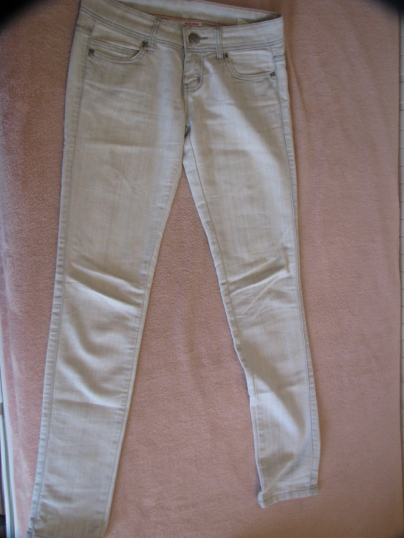 jasne szare spodnie...