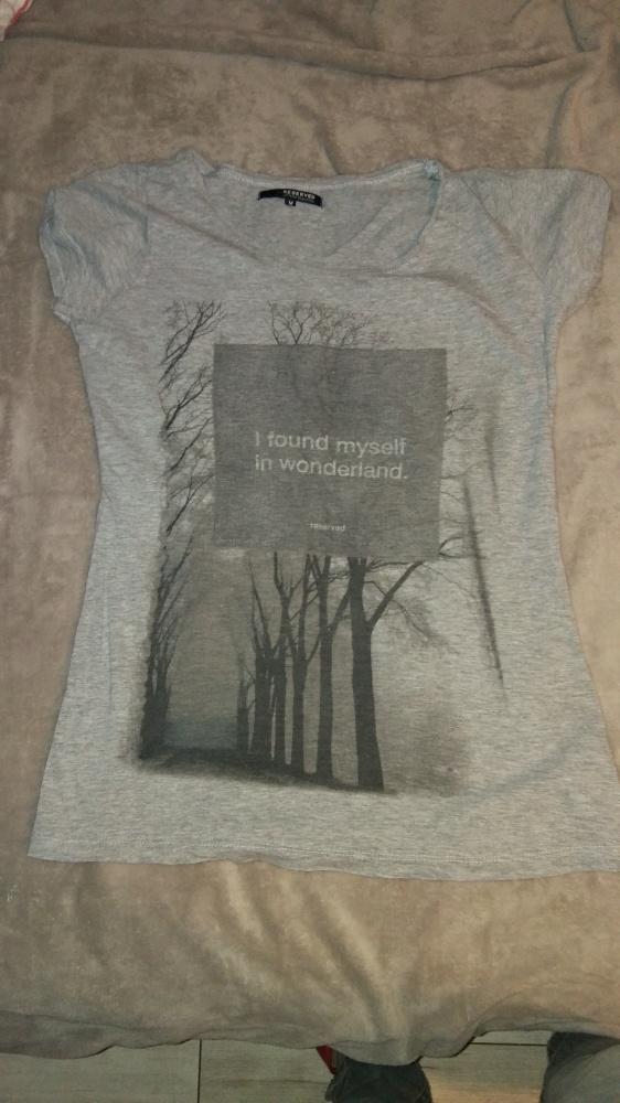 szara koszulka z nadrukiem