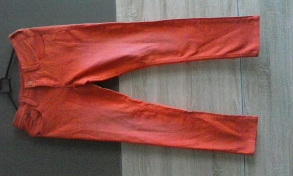 pomarańczowe spodnie dżinsowe