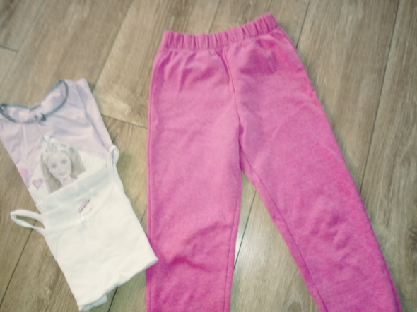 rózowe spodnie dresowe...