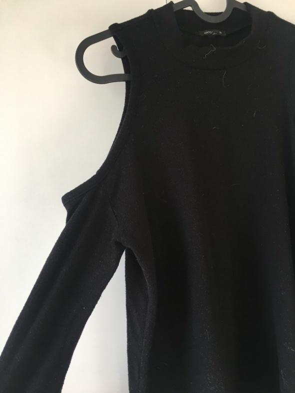 sweterek z wyciętymi ramionami czarny półgolf...