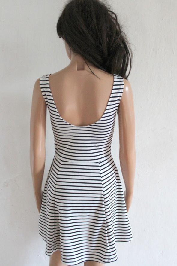 biało czarna sukienka w pasy z dłuzszym tyłem HM w Suknie i