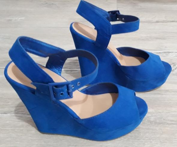 Koturny niebieskie kobaltowe platformy sandały...