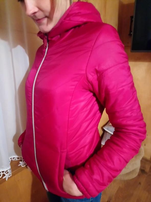 Różowa przejściowa kurtka pikowana...