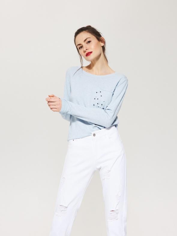 Błękitny sweterek z kieszonką z perłami...