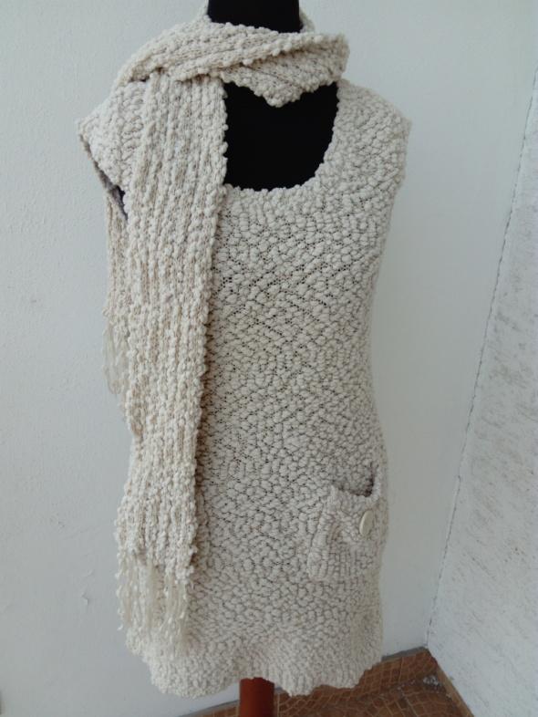 Kremowa sukienka miś z dzianiny AX Paris...