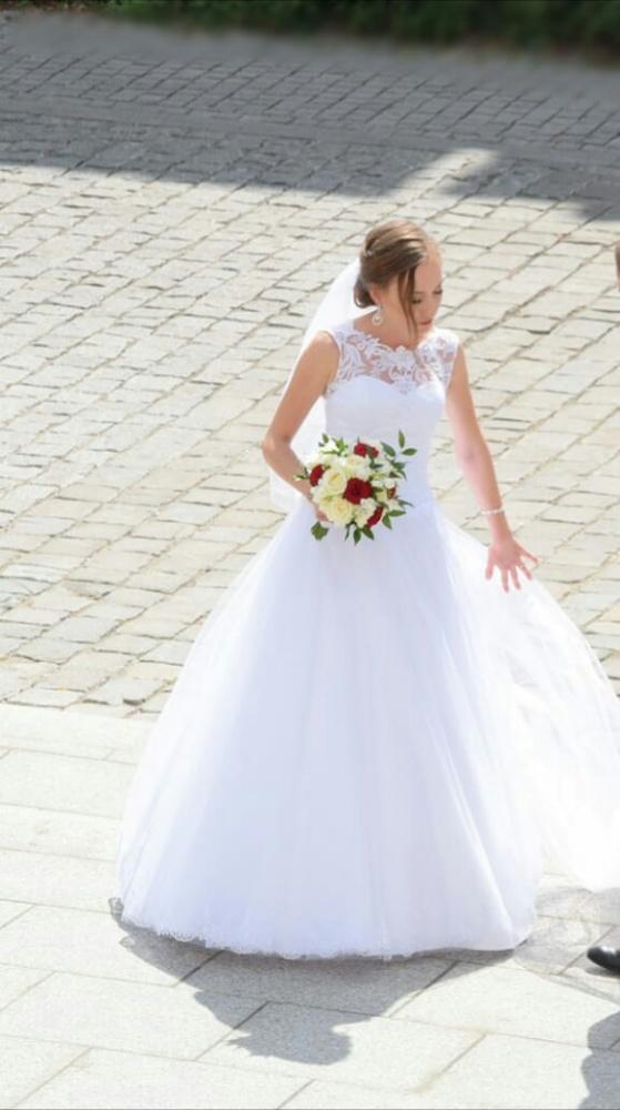 Suknia ślubna z doczepianym trenem
