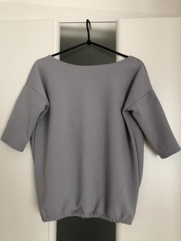 Śliczna szara bluzka z odkrytymi plecami