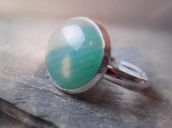 POSZUKUJĘ dużego okrągłego pierścionka z zielonym kamieniem