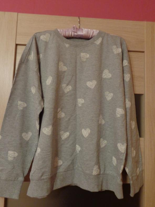 Szara bluza z białymi serduszkami...