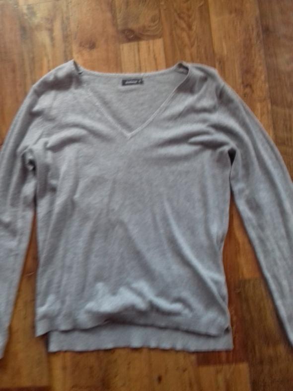 Szary cienki sweter z srebrną nitką...