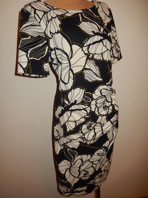 fajna sukienk w kwiaty