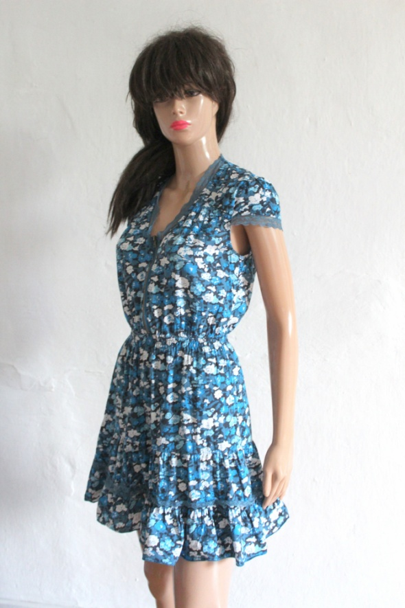 Niebiesko białą sukienka w kwiaty r 34