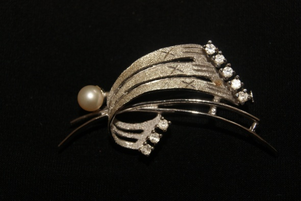 Artystyczna srebrna broszka z perełką