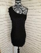 Czarna sukienka na jedno ramię...