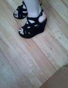 czarne sandały koturny...