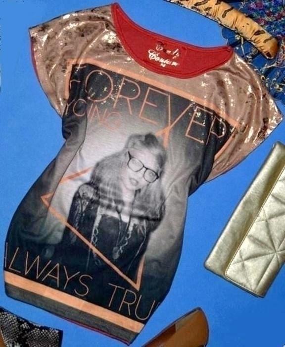 oversize koszulka kobieta w okularach